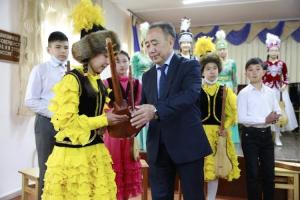 Садыр Жапаров 3-класстын окуучусуна комуз белек кылды